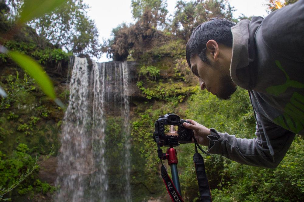 Él practica las técnicas de fotografía. No usa enfoque automático porque usando enfoque manual las fotos le parecen más nítidas. Además, se siente muy orgulloso cuando hace fotos buenas.