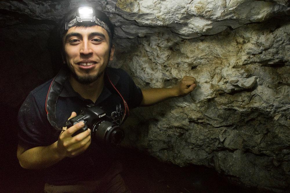 Él experimenta con la luz en una cueva cerca del rio en Chapod.