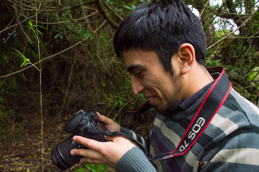 Con frecuencia, Felipe presta su cámara a miembros de la comunidad para demostrarles que ellos pueden sacar fotos de momentos importantes también.