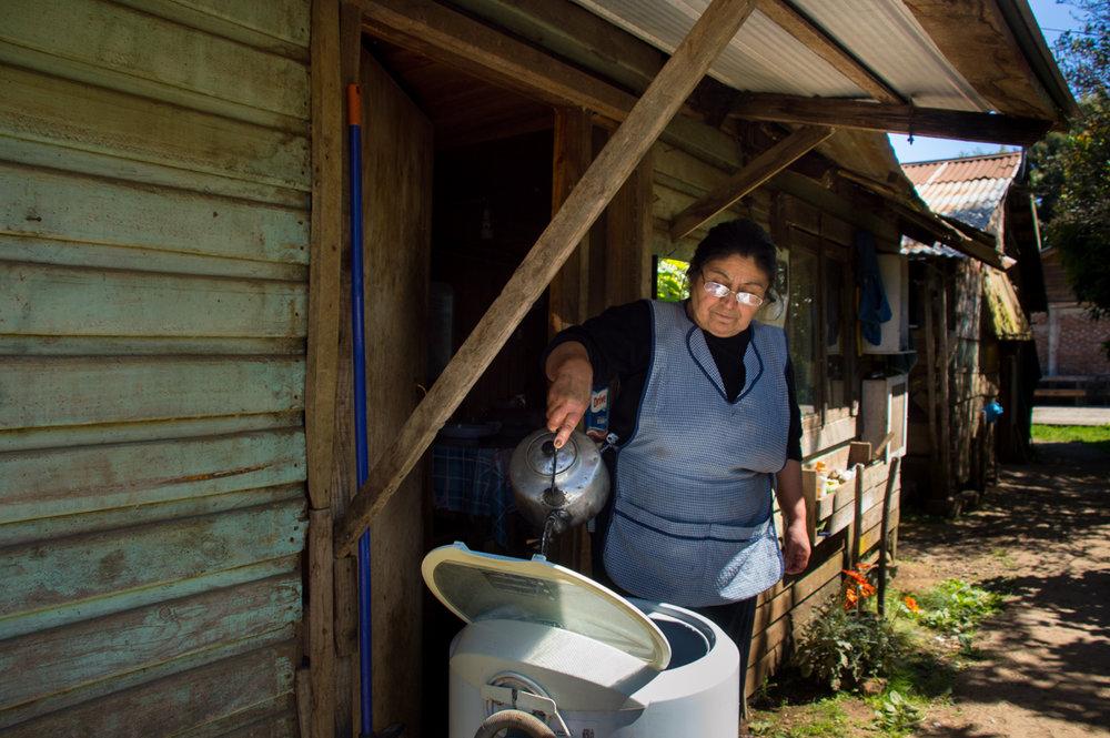 No tiene tubería de agua. El agua caliente se siente mejor cuando ella ayuda a la máquina con sus manos cuando esta no funciona bien.