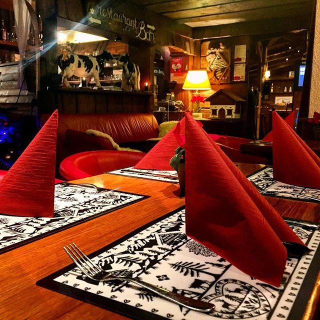La Rôtisserie des Alpes Le restaurant de la Rôtisserie des Alpes se situe au centre de Villars (en face de l'hôtel). Découvrez de bons mets dans une ambiance montagnarde. Terrasse extérieure. Fermé le dimanche soir et lundi soir (pendant l'entre-saison) N° téléphone : +41 24 495 21 26
