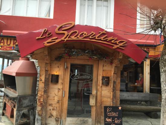 Le Sporting Restaurant au coeur de la station, le Sporting propose des plats variés, locals et internationales dans une ambiance traditionnelle. Bar disponible également dans le restaurant. Ouvert 7 jours sur 7 N° téléphone : + 41 24 495 44 51