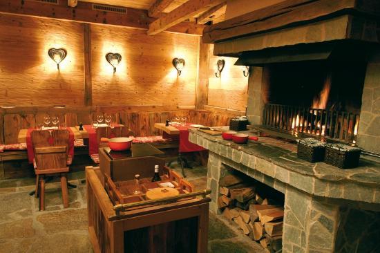 Le Grizzli Le restaurant du Chalet Royalpe propose une cuisine uniquement traditionnelle à base de fromage. Découvrez les raclettes au feu de bois ou fondue dans ce carnotzet. On se retrouve dans une atmosphère montagnarde charmante. Fermé le dimanche lundi, mardi, mercredi N° téléphone : + 41 24 495 90 90