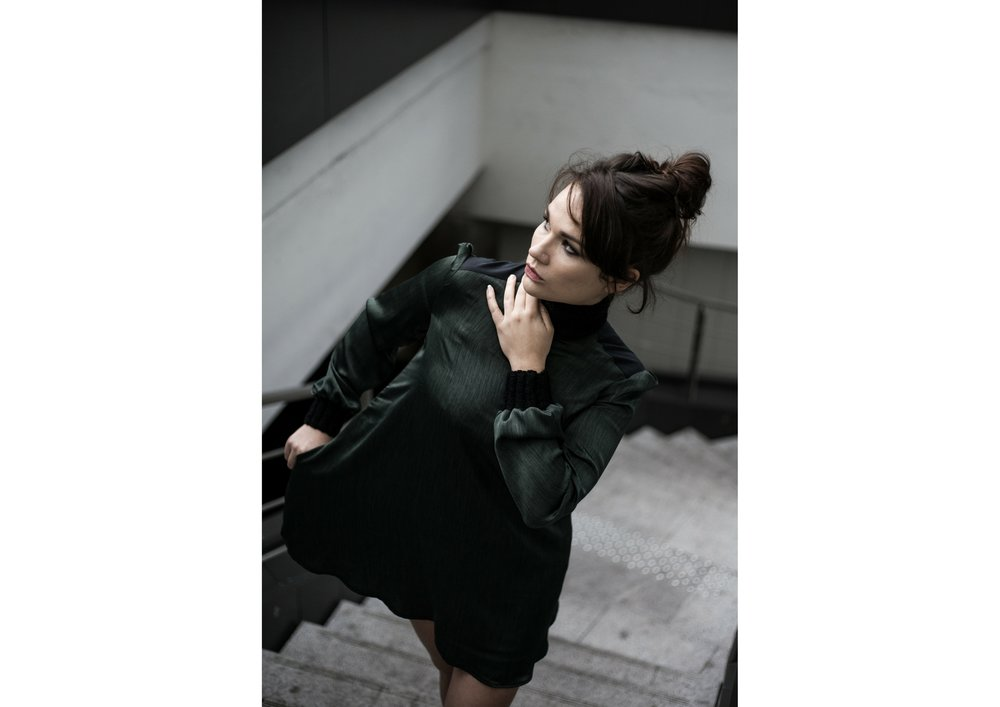 Cécile robe monacale verte 1.jpg