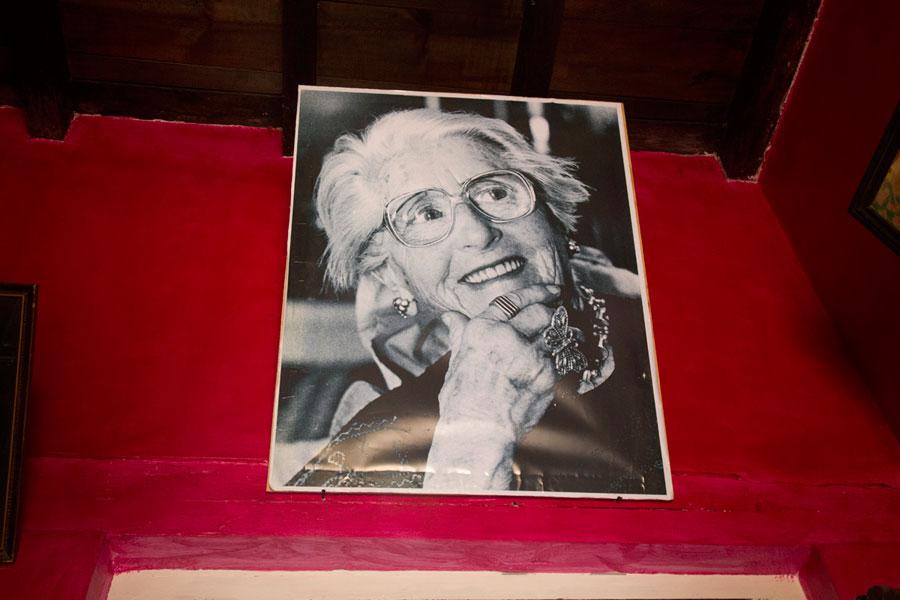 """Foto de Gertrudis Duby, antropóloga y fotógrafa suisa, en su casa en San Cristóbal de las Casas, ahora convertida en el Centro Cultural Na Bolom. """"María se fue a trabajar con Gertrudis Duby, quien no salía de su asombro (y así me lo dijo con reproche) de que después de tantos años de convivencia yo no le hubiera enseñado a María ni a leer bien ni a escribir."""" (p. 57)"""