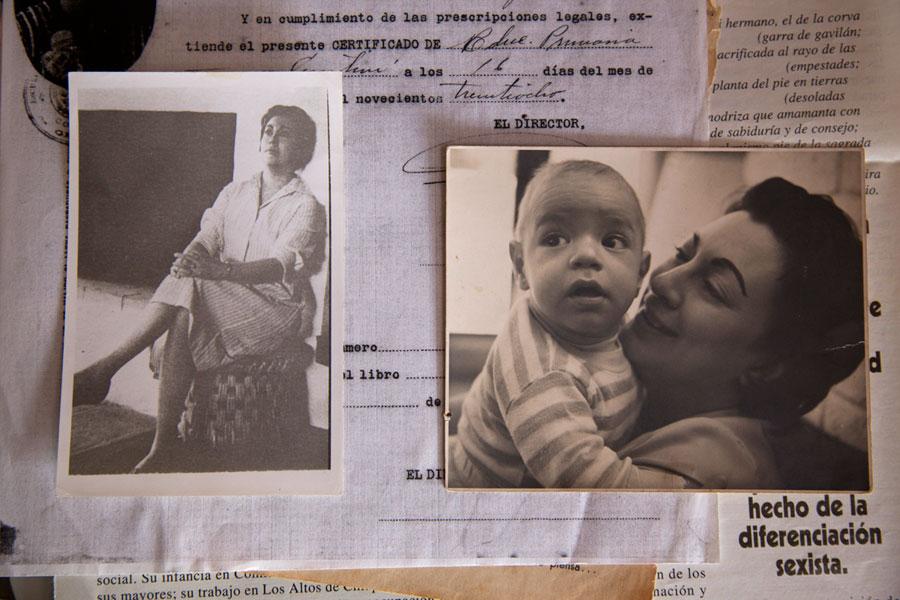 Fotos y recuerdos en la casa de su amigo, Oscar Bonifaz, en Comitán, Chiapas – el bebé Gabriel con Rosario.