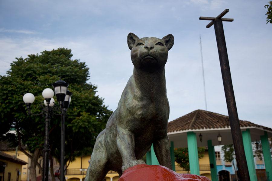 El puma en la plaza del Barrio de la Pila, en Comitán.
