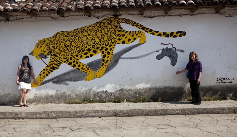 Amanda Reyes, fotógrafa, y Andrea con un mural fascinante en Chiapas, en 2011.