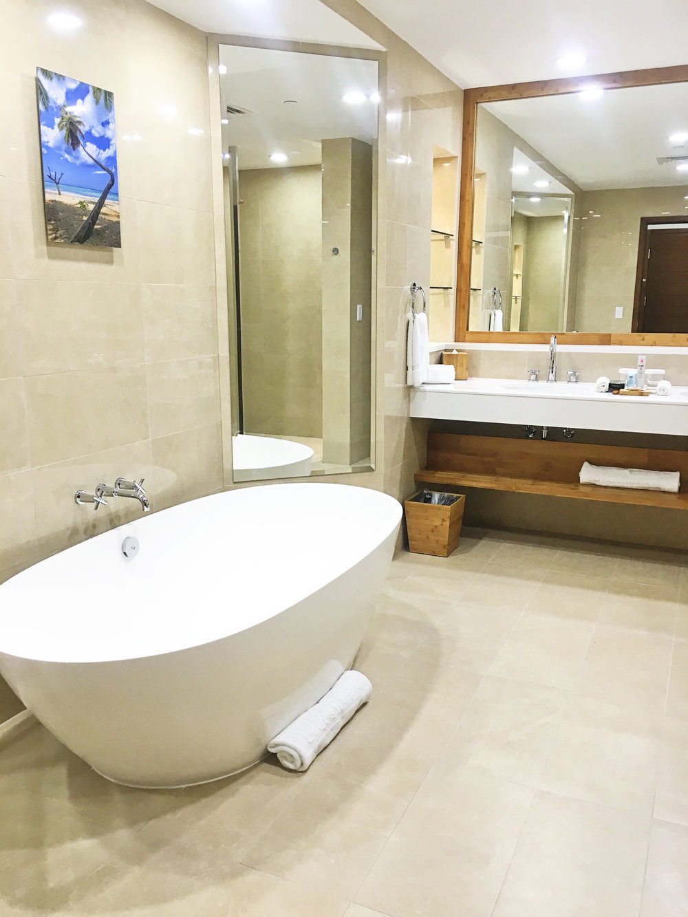 Guestroom Bath - The Reef Hotel
