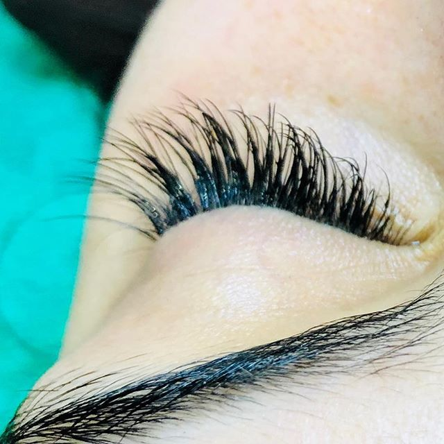 Gorgeous Leah's new lashes for her schoolies celebrations #honeywaxandtan #northcote #lashextensions #lashes