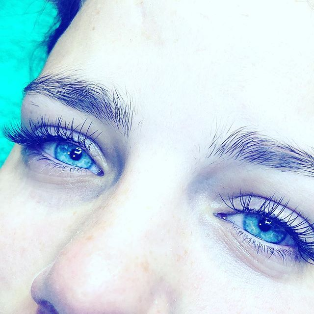 Those eyes! Classic natural lashes for Mariah #blueeyes #honeywaxandtan #lashes #lashextensions #northcote