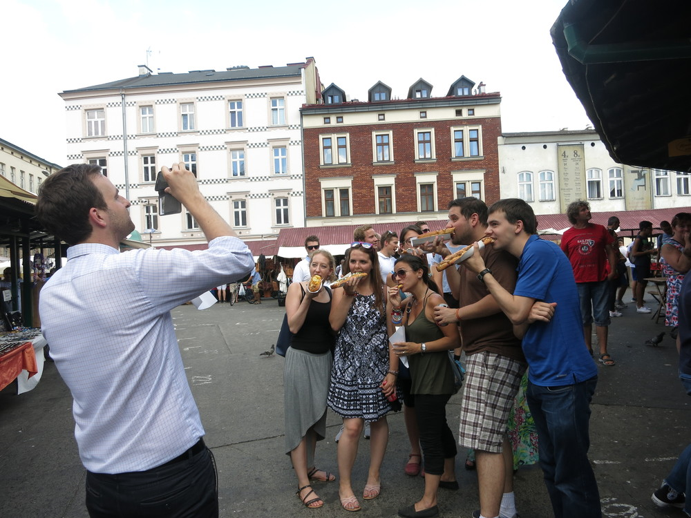Tourists crushing zapiekanki.