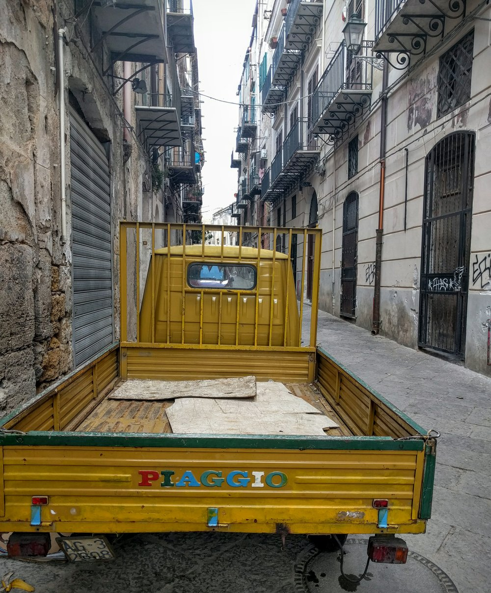 Mini delivery truck in Palermo... hard to tell the scale here, but it's small.