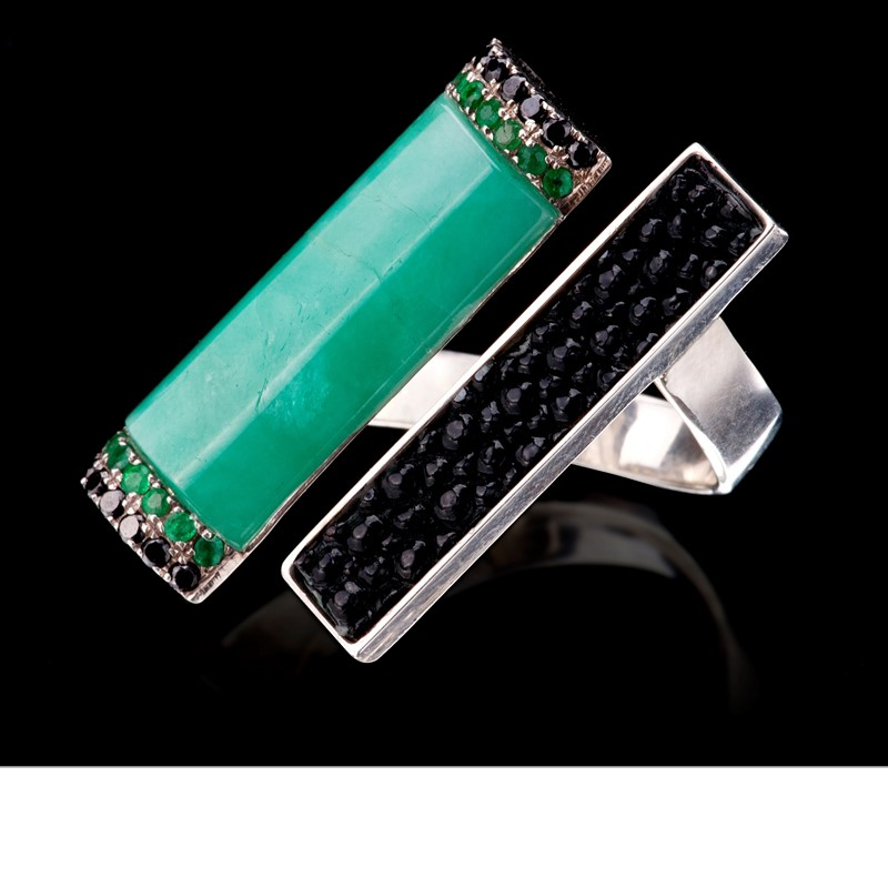 A bar of Colombian emerald, capped by emerald and black spinel pavé, and a  bar  of  black  stingray  leather  add  drama  with  their  diagonal  pose  on  this 925 silver ring