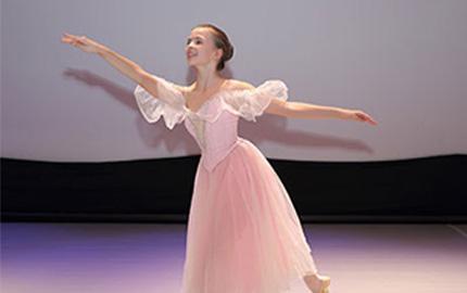 Татьяна Зайц (мама Анна-Розы) Уже сейчас, благодаря педагогам высочайшего класса,Аннароза танцует на таком уровне, что каждый раз, когда она на сцене я счастлива и горда. Нам очень повезло заниматься в студии.