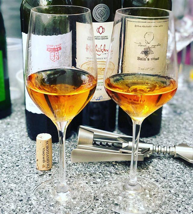 Mtvane, Khikhvi und Tsolikouri sind die Trauben 🍇 aus Georgien ! #georgia #wein #orangewine #amberwine #qvevriwine #qvevri #qvevrilover #wineporn #winetime #wineoclock #winetasting #wineglass #winelovers🍷 #fb #love #tb #wien #weinblog