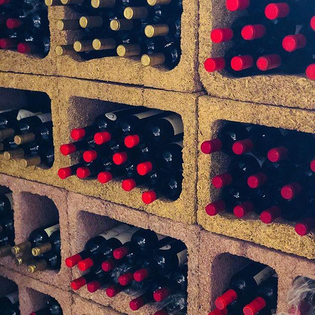 Mein Keller ist wieder voll geworden mit Qvevriweine!!! #qvevriwein #qvevri #orangewine #wine #winebox #winetime #wineporn #winelover #wein