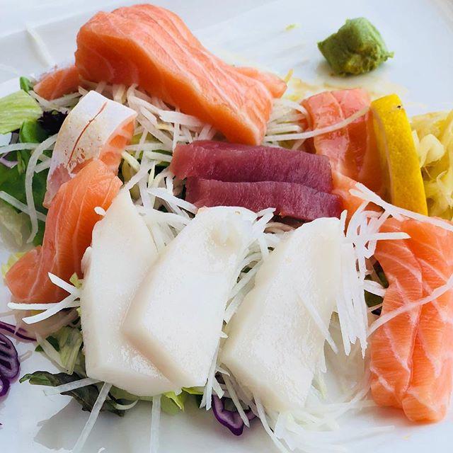 Japanisch klassisch gut! #sushi #lachs #sashimi #wasabi #summer #love #food #good #mood #naschmarkt #suksushi