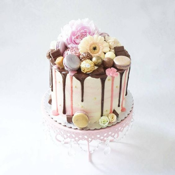 pink-chandelier-loopy-cake-stand-drip-cake.jpg