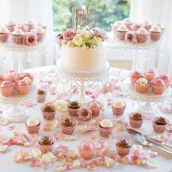 Photo  @dejoyphotography  Desserts  @freedombakery  Florals @ swensonsilacciflowers