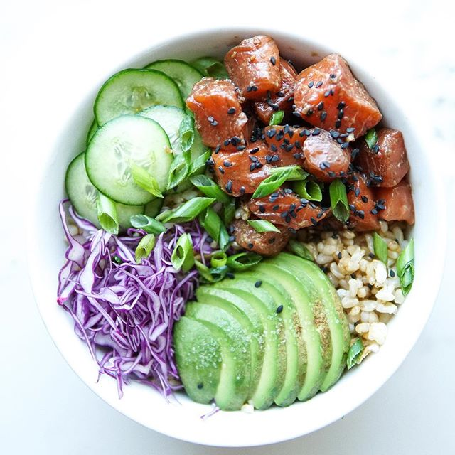 Happy Monday!! Splurged on some Ora King salmon from @flyingfishpdx so I could make this salmon poke bowl 🍣 I've been craving raw salmon lately (raw everything in this heat!!) so decided to try something new instead of feeding my sushi addiction! . 👉coconut ginger brown rice (recipe on my blog) salmon poke (recipe below), quick pickled cukes🥒, purple cabbage and avo 🥑 Also ended up adding pickled red onions because 🤷‍♀️why not?? 👉RECIPE: Salmon Poke 1 lb sushi grade salmon 2 tbsp low sodium tamari  1 tbsp rice vinegar 1/2 tsp sesame oil 1 tsp grayed ginger Black sesame seeds Chopped scallion 👉cut salmon into bite sized cubes and add to a bowl. Add remaining ingredients and top with black sesame and scallions.