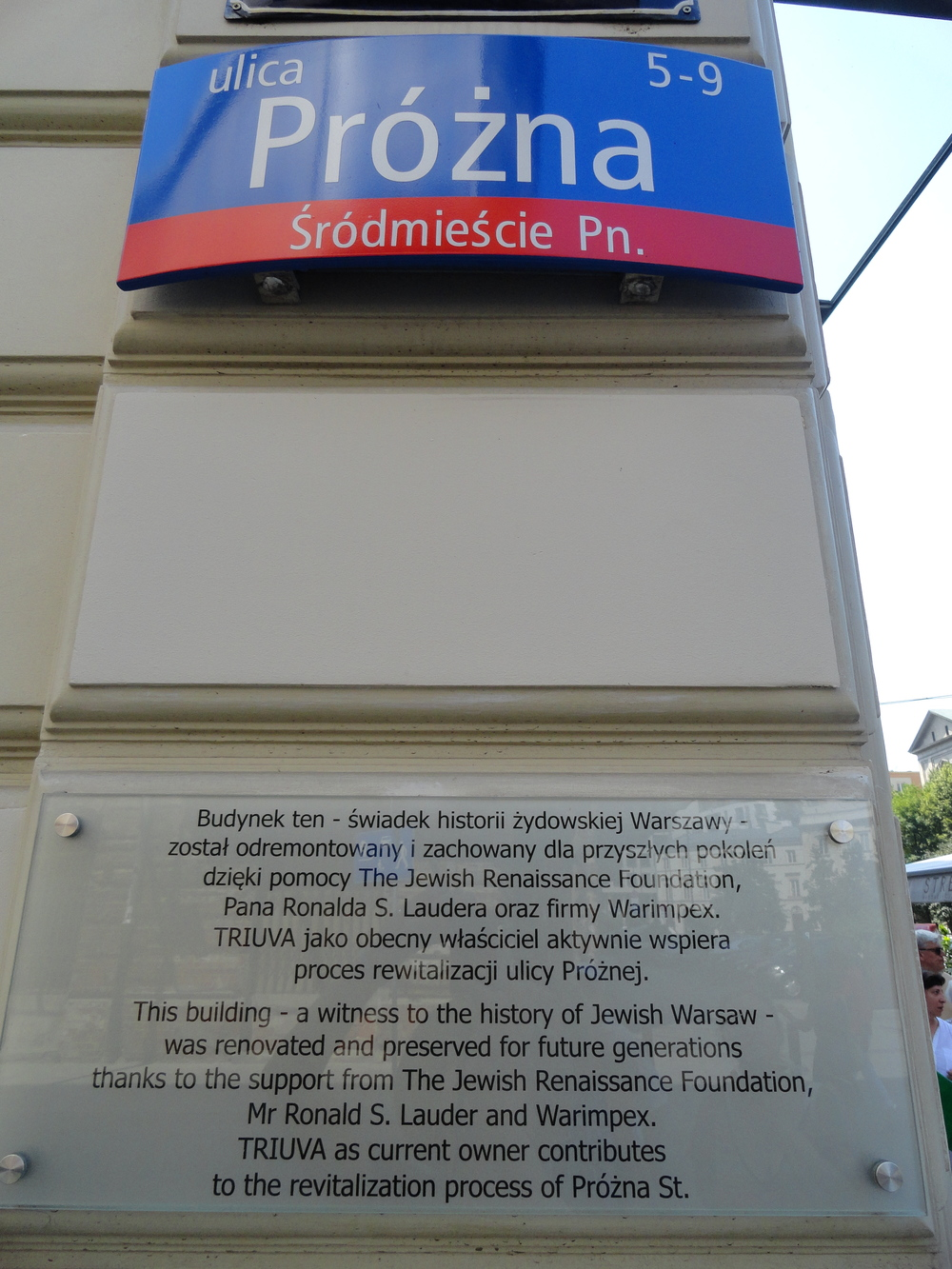 Plaque on the building at the end of Próźna street