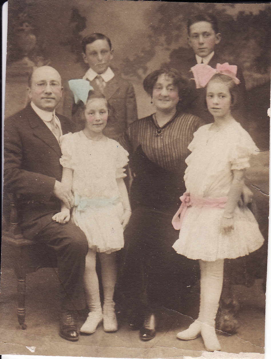 Mark, Mildred, Minnie, Evelyn Rogers; Sidney and Herbert in back.