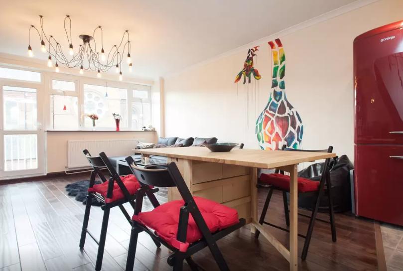 Giraffe-Airbnb-Mural-Shoreditch-Sophie-Tea-Art