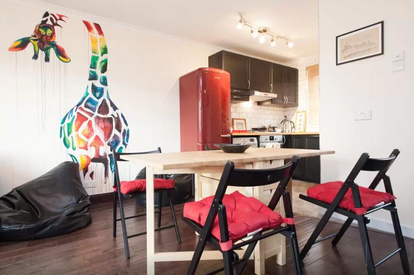 Sophie-Tea-Art-Giraffe-Mural-Colour-Shoreditch-Airbnb