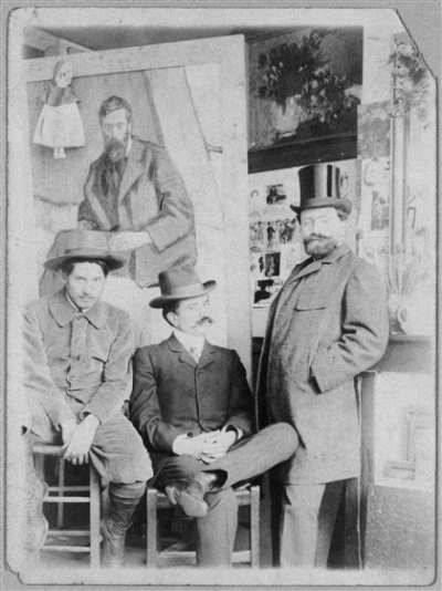 Pablo Picasso (left) with friend Torrès Fuentès and dealer Pedro Mañach in Picasso's studio, Paris, 1901. © RMN - Musée Picasso Paris
