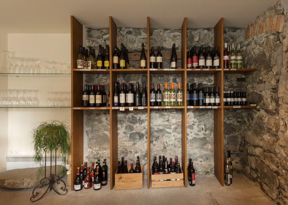 Rot-, Weiß- und Roséweine sowie Sekt von österreichischen Winzern sind im Weinkeller versammelt.