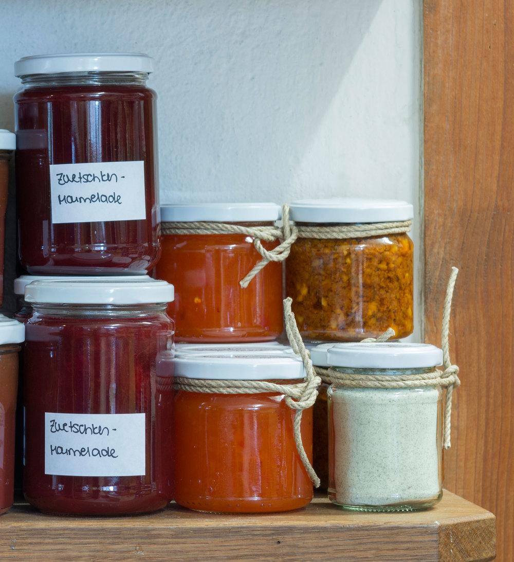 Hausgemachte Leckereien. Zwetschken Marmelade, Chutneys sowie selbst gemachtes Kräutersalz.