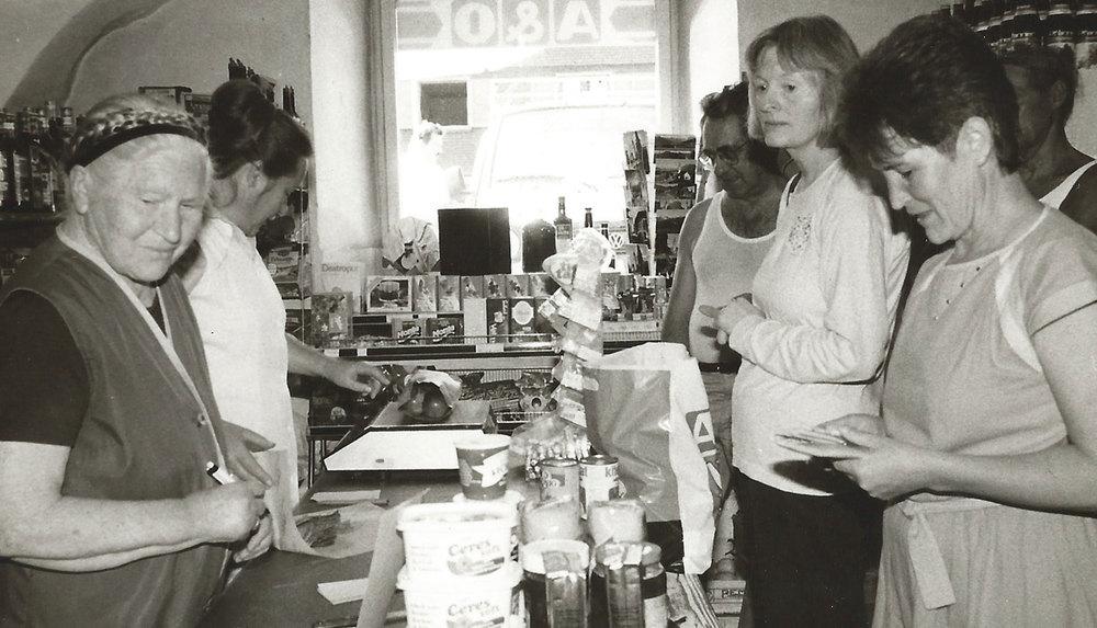 Maria Vögel mit ihrer Mutter Scholastika hinter dem Tresen. Viele Kunden freuen sich auf guten Käse!