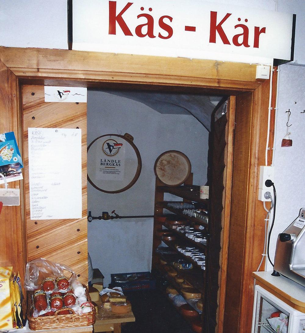 "Blick in den Käsekeller hinunter. Oben das Schild mit der Aufschrift ""Käs Kär"" (Käsekeller)."