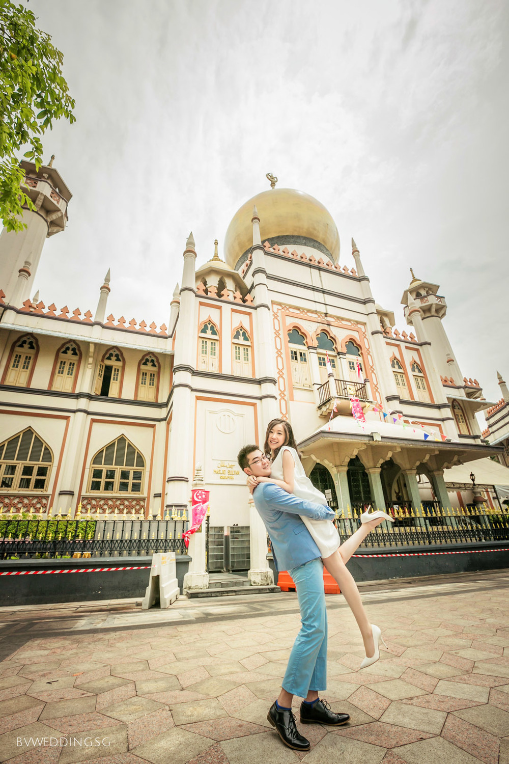 Casual couple photoshoot at sultan mosque