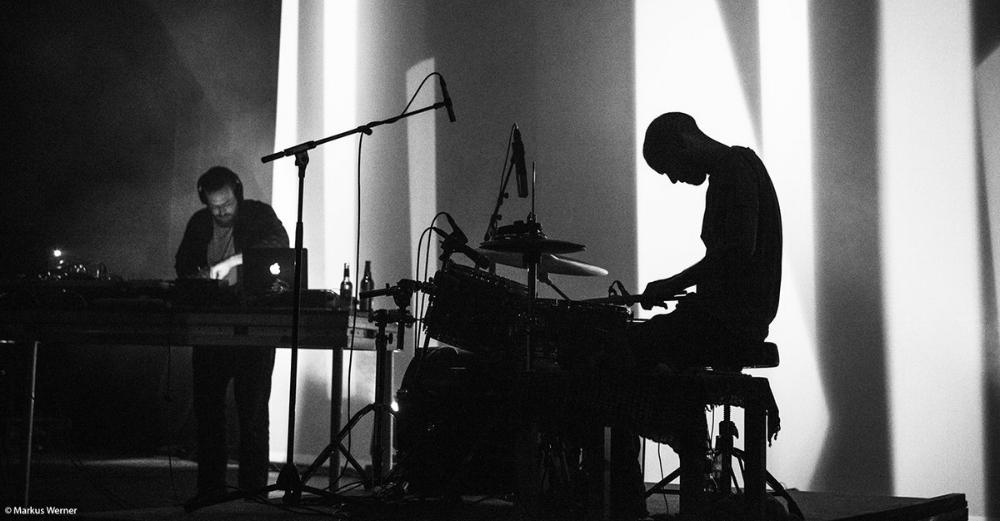Hidden Orchestra est le projet du compositeur écossais Joe Acheson.Vrai esthète, il parvient depuis son premier album paru en 2010 sur l'excellent label  Tru Toughts ,à transporter l'auditeur dans des contrées sonores inconnues pour un voyage quasi-cinématographique. Jazz, trip-hop, dub, musique électronique, mais aussi et surtout la batterie et la basse du post-rock sont pour lui les vecteurs de créations où percent des enregistrements réalisés par le producteur en milieu naturel.En live, le projet devient une expérience audio-visuelle spectaculaire.