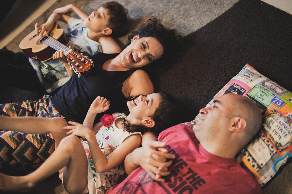 fotografi lifestyle de família em casa