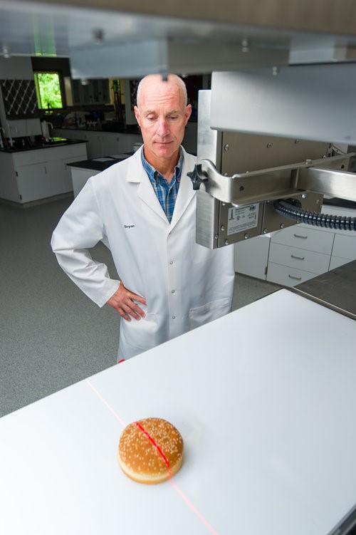 El láser visible rastrea el producto y mide con precisión las dimensiones