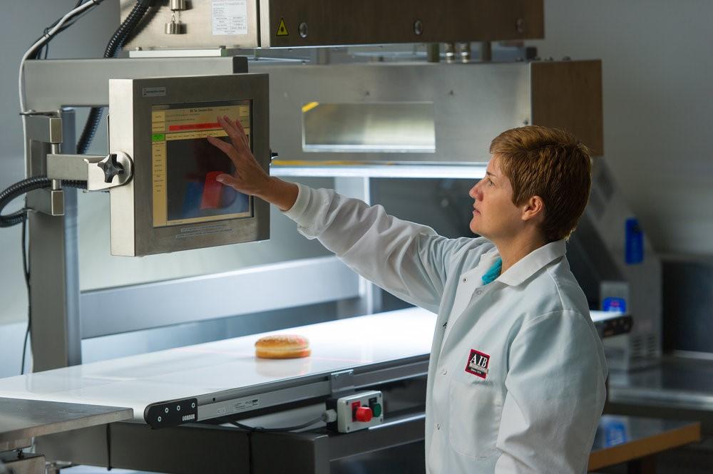 El sistema de cinta transportadora tiene opciones personalizables para permitir la evaluación de diversos productos como pizza, muffins, galletas, etc.