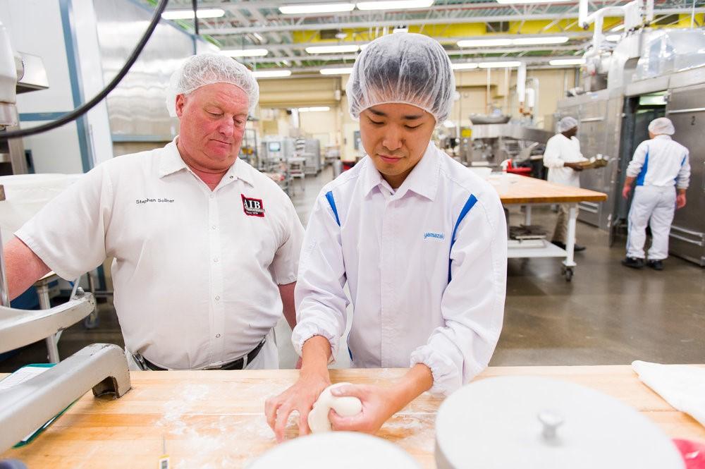 Se permite a los estudiantes participar en todo el proceso de horneado.