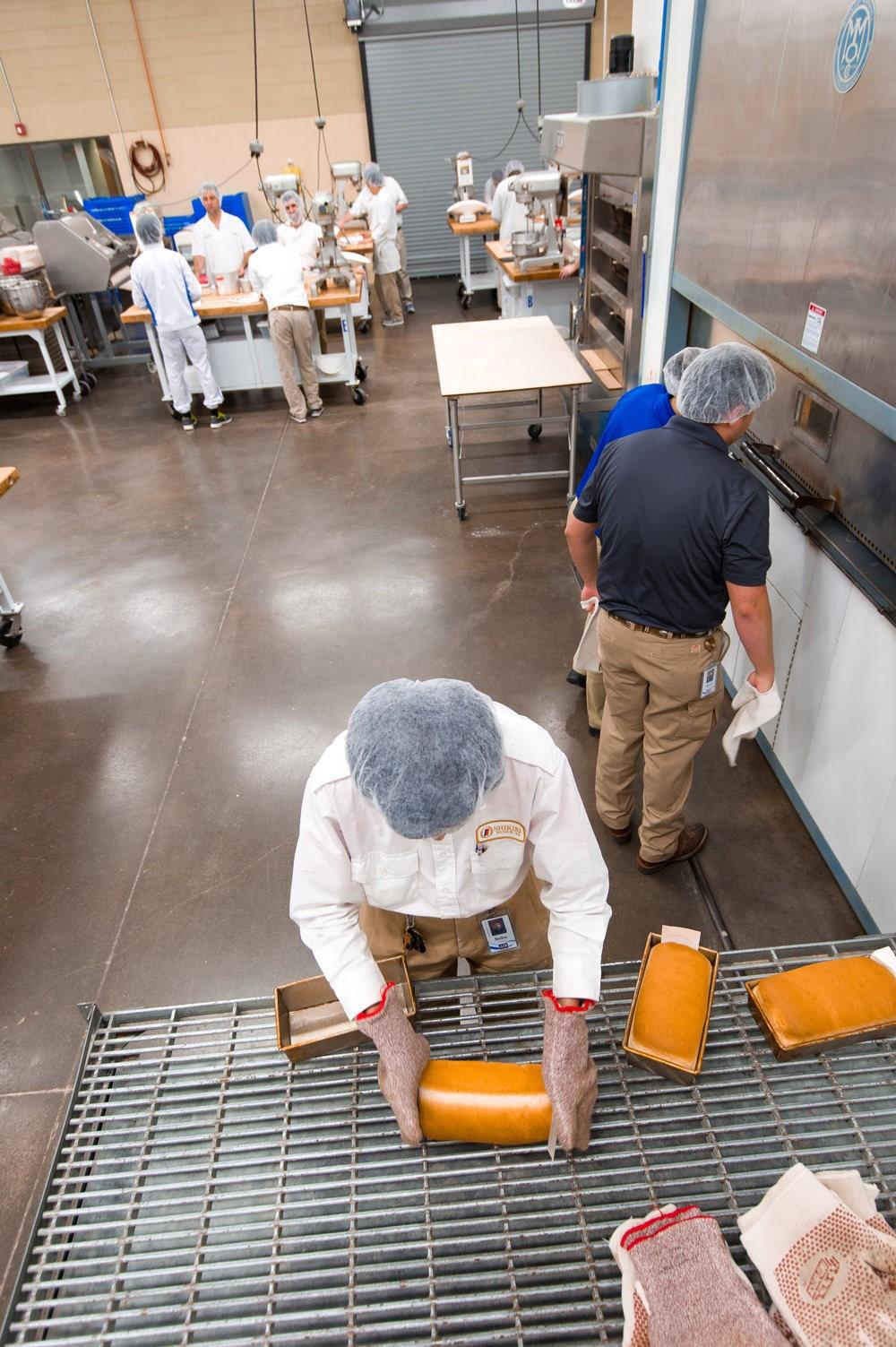 Una vez que el producto se enfría adecuadamente, los estudiantes aprenden el proceso de rebanado y empacado.