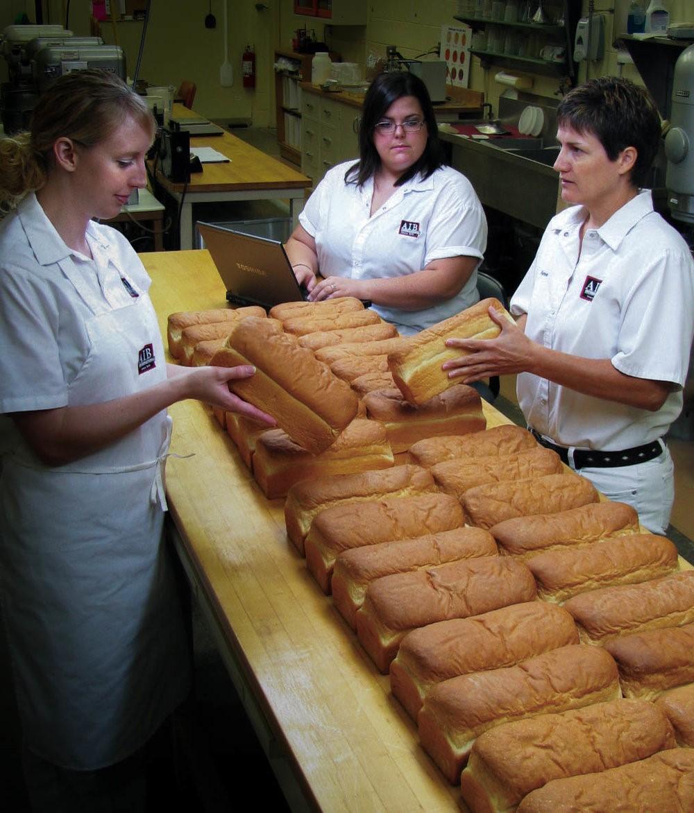 Los investigadores del laboratorio evalúan las características de calidad del pan
