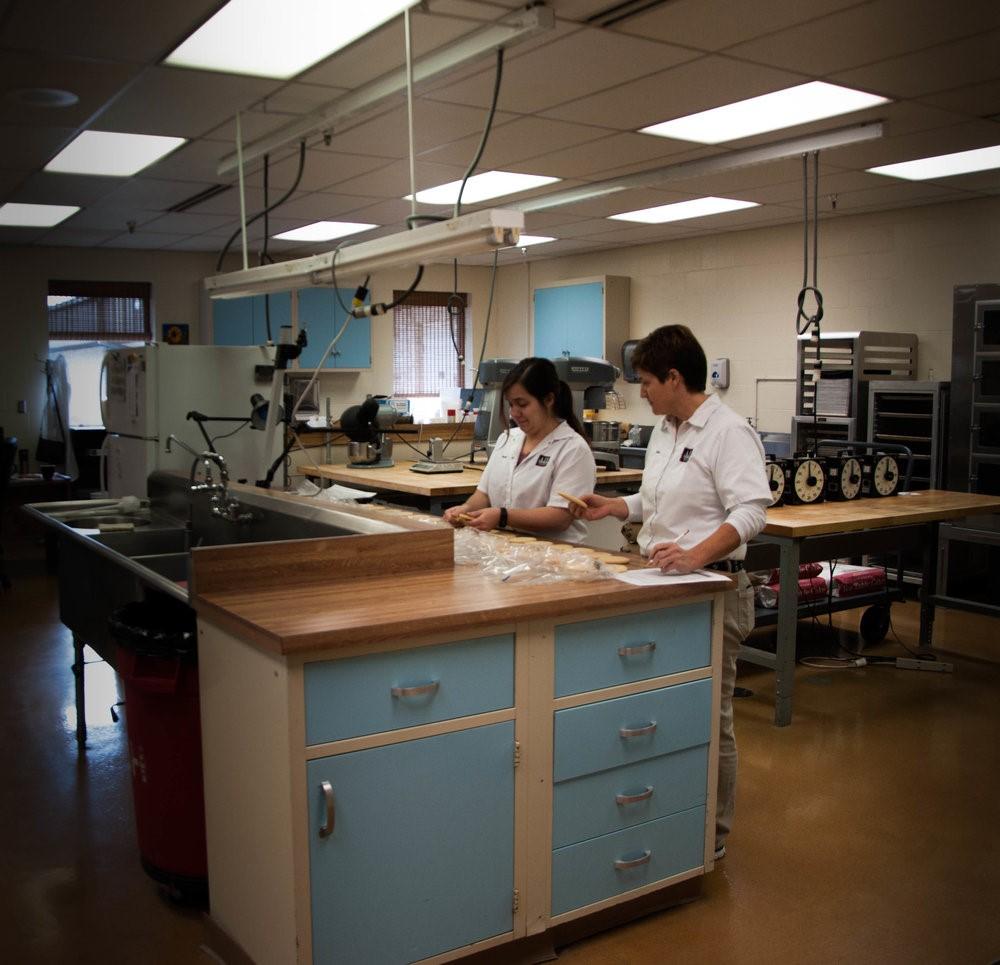 Los investigadores están evaluando la calidad de la harina en comparación al horneado en una formulación de galletas.