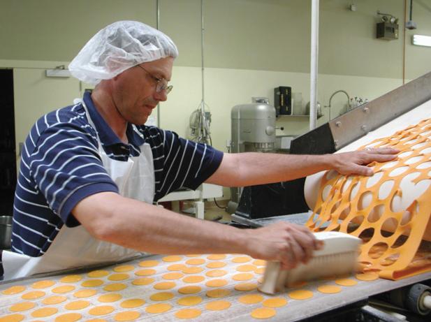 Las masas de galleta son colocadas en una hoja de masa muy fina.