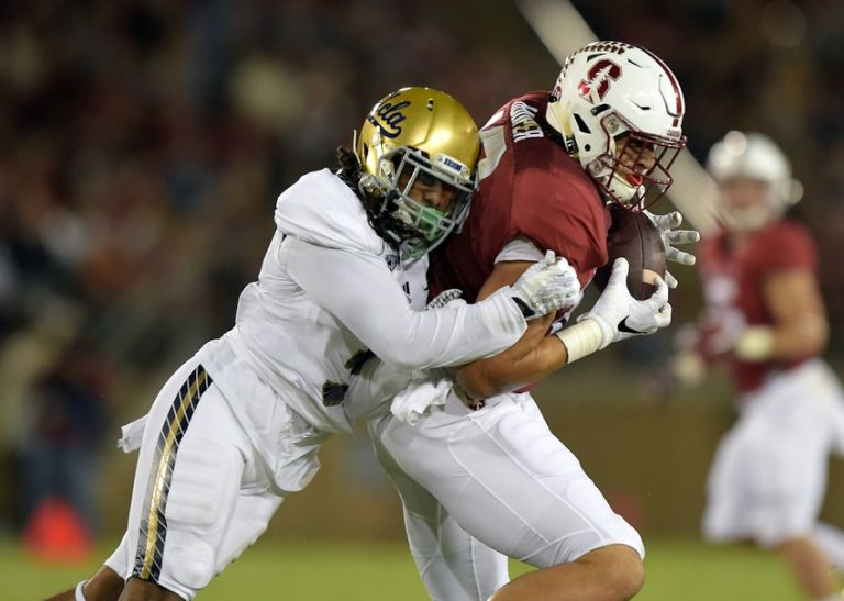 Austin Hooper coming down with a reception during his college days at Stanford