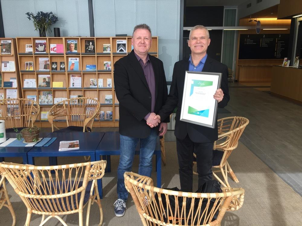 Juha-Pekka Määränen (vas.) luovutti lahjoituksen OmaKamu ry:n toiminnanjohtaja Pekka Puukolle.