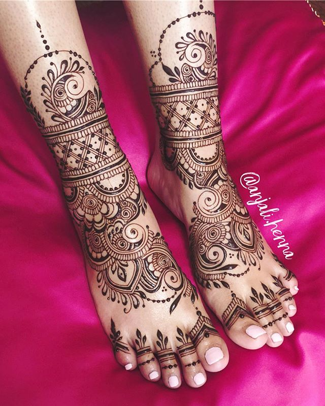 I like never post feet! They are not my favorite.... but this one was adorable. 2-3 inches above the ankle. ALSO, I closed my shop for a little bit! Needed a break 😉😘 for anyone who needs to purchase henna?!! Check out @mehndikajoeyhenna or @hennalounge or any of the other wonderful suppliers here in the USA!
