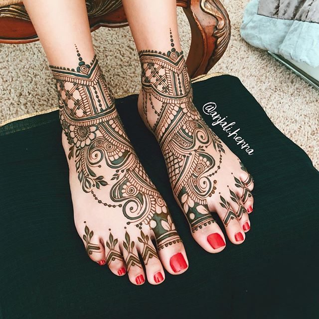 Anyone else not a huge fan of really detailed, dense foot designs? This one was inspired by the wonderful designs of @hennalounge and @maplemehndi in the sense that I went for larger, bold elements that I can already tell will provide that awesome, clean and crisp stain!! 🔥