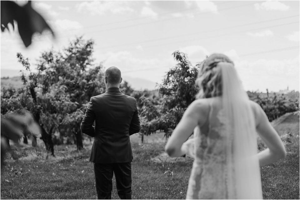 poroka vinski dvor deu maj spomlad porocni fotograf fotografiranje rustika romantika nika grega narava organska poroka zaroka slovenija 0024.jpg