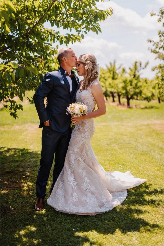 poroka vinski dvor deu maj spomlad porocni fotograf fotografiranje rustika romantika nika grega narava organska poroka zaroka slovenija 0026.jpg